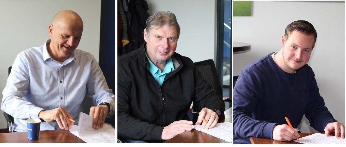 Drie trainers tekenen bij.