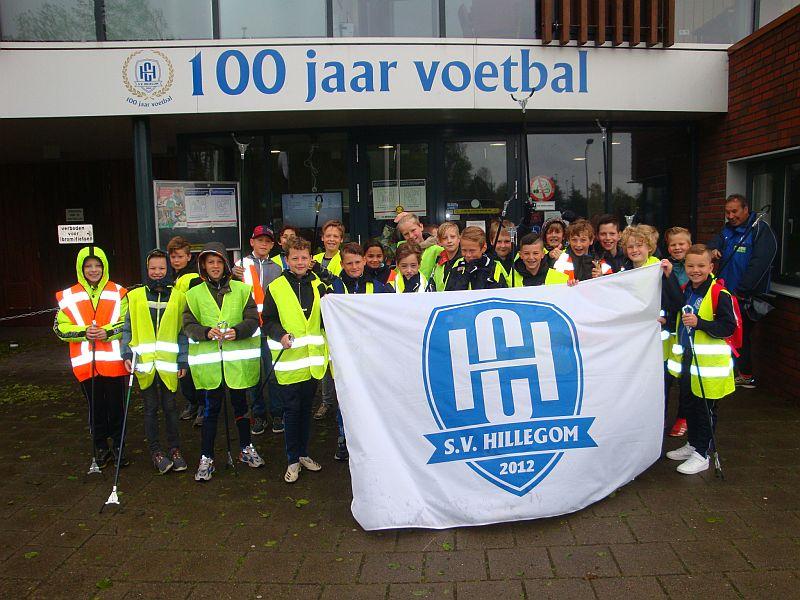 Jeugdleden van SV Hillegom houden Hillegom Schoon